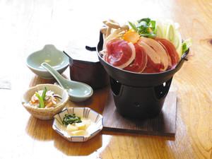 地元産のイノシシ肉を使った「ぼたん鍋」=松阪市の道の駅飯高駅で