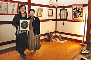 「親子3人展」の開催を喜ぶ川之上佐代子さん(左)と母の田中喜美子さん=小松市材木町で