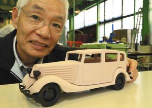 国産初の乗用車「アツタ号」の模型を制作した梅本良作さん=名古屋市天白区で