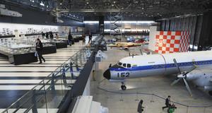 報道陣に公開された「あいち航空ミュージアム」。手前右はYS11=豊山町で