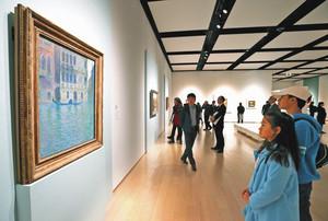 開幕した会場で多くの観覧者が足を止めるモネの「パラッツォ・ダリオ」=静岡市葵区の市美術館で