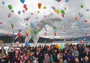 2代目のホワイトザウルスの完成を記念して風船を飛ばす地域住民ら=勝山市で