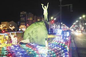 さまざまな色のLEDでライトアップされた、あいの風とやま鉄道魚津駅前=魚津市で