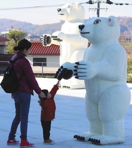 屋外広場に展示されている三沢厚彦さんの作品=県美術館で