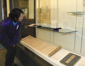 芭蕉が使ったとされる竹杖や関連資料が並んでいる会場=敦賀市立博物館で