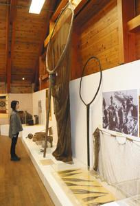 巨大なすくい網など国重要民俗文化財の漁具が並ぶ展示=鳥羽市浦村町の海の博物館で