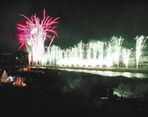 下呂温泉の冬の夜空を彩った花火ミュージカル=下呂市幸田で