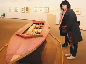 加山雄三さんが製作したヨットなど著名人の10代の作品が並ぶ=おかざき世界子ども美術博物館で