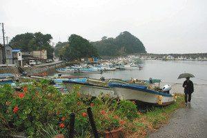 伊勢湾最大の島とあって港には多くの漁船が係留されている。答志地区には今も独特の風習が残る
