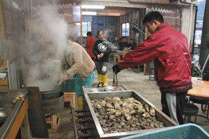 桃取のブランドガキが食べ放題の藤栄水産かき小屋「ももみ」=いずれも三重県鳥羽市の答志島で