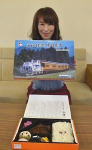 新作の掛け紙を紹介する新竹社長=松阪市役所で