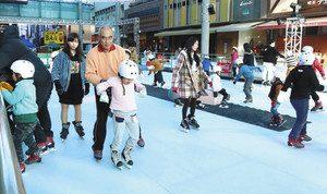 家族連れなどでにぎわうエコリンク=富山市総曲輪のグランドプラザで