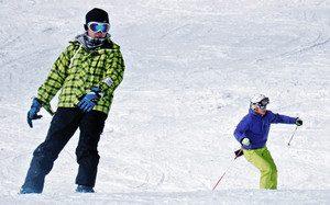 ゲレンデでスキーやスノーボードを楽しむ来場者=王滝村のおんたけ2240で