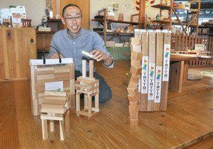 「コッパ」(左)と「タッターミニ」を紹介する相原さん=1日、池田町のおもちゃハウスこどもと木で