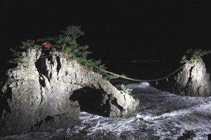 ライトアップされて闇夜に浮かび上がる機具岩=志賀町富来七海で