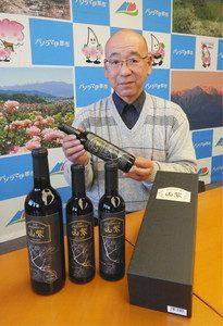「山紫プレミアム」をPRする村田さん=伊那市役所で