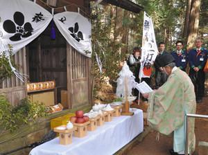 合格祈願の祈祷を受ける「勝利の一打柿」=松川町の菅原神社で