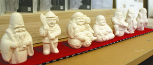 アロマストーンなどとしても使える素焼きの七福神=金沢市武蔵町で
