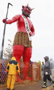顔がリアルに表現された赤鬼=岐阜市加納桜道で