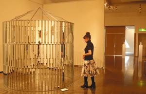 富山ガラス造形研究所の学生らが制作した作品が並ぶ展覧会=富山市大手町の市民プラザで