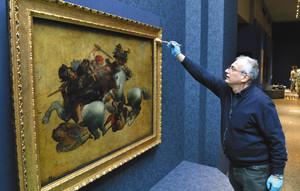搬入された絵画「タヴォラ・ドーリア」を点検するイタリア文化財省の修復家、サンタチェザリアさん=名古屋市博物館で