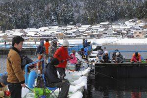 雪景色の中でワカサギ釣りを楽しむ人たち=長浜市の余呉湖で