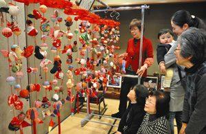 会場に展示されているつるし雛=名古屋市緑区有松の有松山車会館で