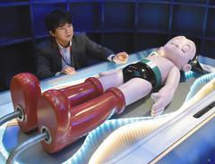 等身大のアトムと、展示について説明する鶴田雅之館長=浜松市中区で