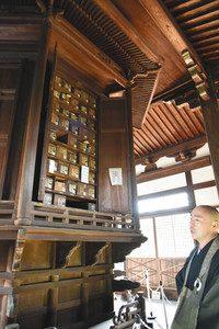 初めて一般公開された東福寺・経蔵内にある八角形の回転式輪蔵。1回転させると収められたお経を読んだのと同じ功徳が得られるとされる=京都市東山区で