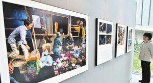 ニッコールフォトコンテストの入賞作品が並ぶ会場=高岡市のミュゼふくおかカメラ館で