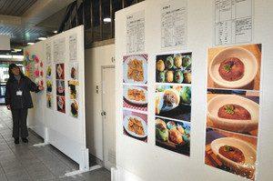 6点に絞られた料理のレシピと写真の展示会場=名古屋・中村区役所1階で