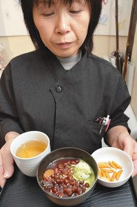 冬季向けに開発された「溶けないアイス」を使ったぜんざい=金沢市のひがし茶屋街の金座和アイス金沢東山店で