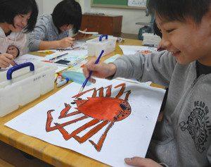 「お魚カード」のイラストを描く子どもたち=穴水小で