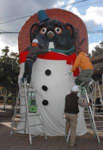 スノーマンの衣装を着せ付ける観光協会の役員ら=甲賀市信楽町で