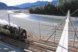 「塩郷の吊橋」の下を通過する大井川鉄道のSL=いずれも静岡県川根本町で