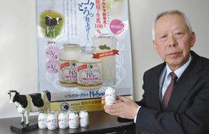 砂糖不使用の新商品をPRする富永社長=飯田市の県飯田合同庁舎で