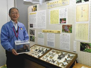 安藤隆敏さんと新設の昆虫コーナー=浜松市中区で