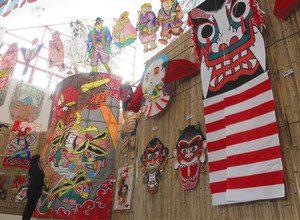 見島鬼ようず(右)など、鬼にちなんだ多彩なたこが並ぶ会場=東近江市の東近江大凧会館で