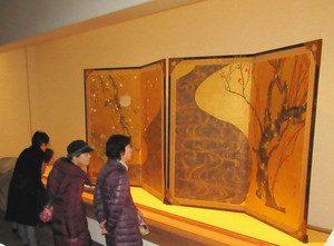 期間限定で展示されている尾形光琳の国宝「紅白梅図屏風」=熱海市桃山町のMOA美術館で