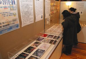 大野館長が集めた御朱印帳や絵馬など=美浜町佐柿の若狭国吉城歴史資料館で
