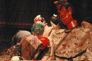 個性的で力感あふれる舞台の「でくの舞」=白山市の東二口歴史民俗資料館で