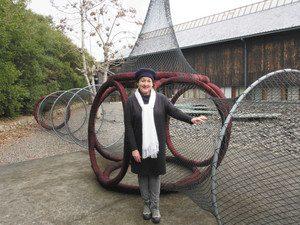 大作「WeavingTogether」を紹介するデニスさん=鳥羽市浦村町の海の博物館で