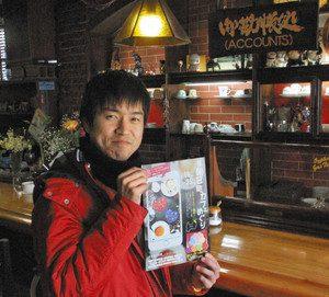 「おしゃれなカフェを巡ってみませんか」と話す朝日町地域おこし協力隊の木和田兼弘さん=朝日町の「珈琲処我忘」で