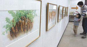 写実的に野菜を描き込んだ絵本の原画=東近江市の八日市図書館で