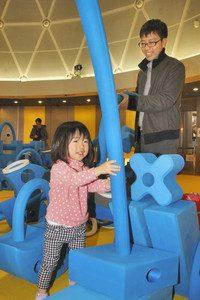 巨大ブロックで遊ぶ親子ら=坂井市のエンゼルランドふくいで