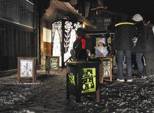 宿場を幻想的に照らす灯明まつりの灯籠=塩尻市奈良井の奈良井宿で