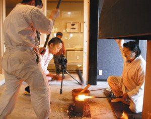 刃物屋三秀で日本刀の鍛錬をする刀匠ら