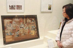 養蚕の豊穣を祈って江戸時代に奉納された「糸取図絵馬」=長浜市の浅井歴史民俗資料館で