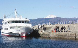 熱海港を出て、初島港に到着した高速船。右手奥には富士山が見える