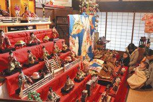 町家を華やかに彩るひな人形=富加町加治田の松井屋酒造場で